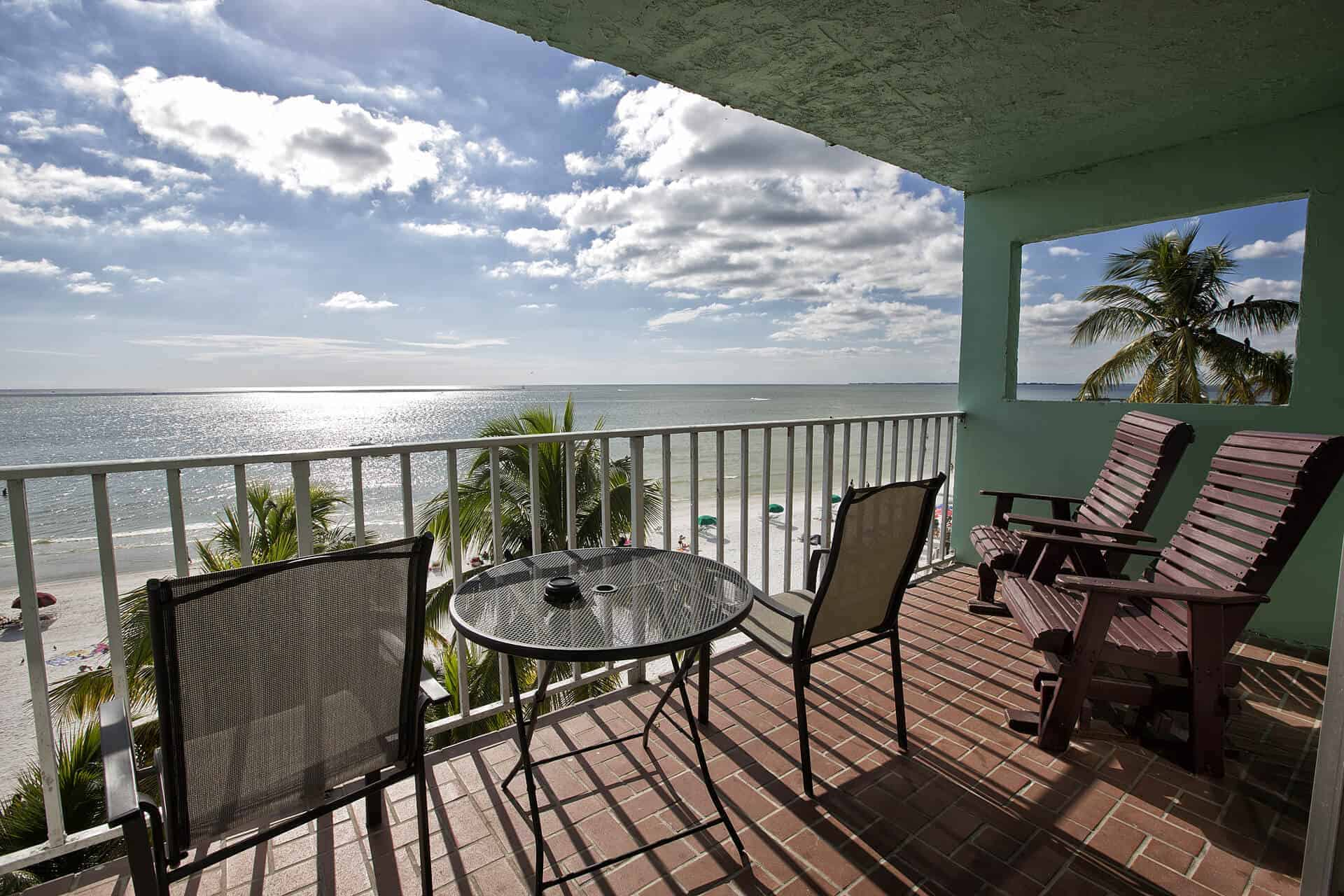2 Beachfront One Bedroom Suites on Fort Myers Beach and private balcony