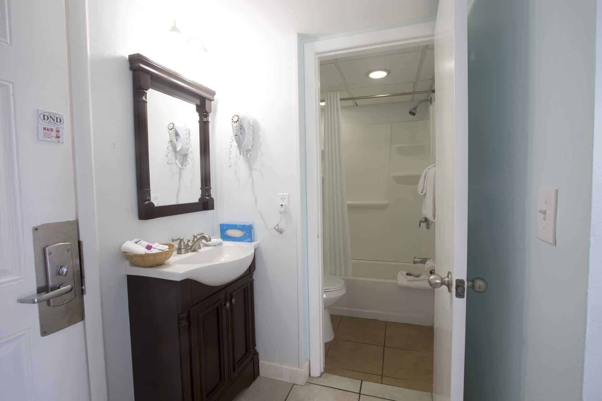 Bay Inn Deluxe Suite with Tub Shower combination